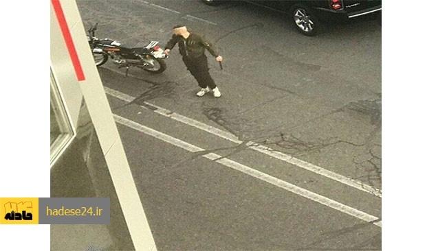 فرد شروری که صبح امروز با قمه کشی در منطقه ولیعصر تبریز به خودروهای شهروندان حمله ور می شد، با حضور بموقع پلیس دستگیر شد.